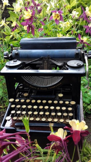 """""""A seguir escribiendo"""" por Julio Aedo"""